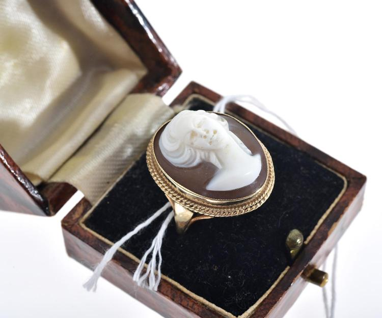 A CAMEO RING WITH ENGLISH HALLMARKS IN GOLD