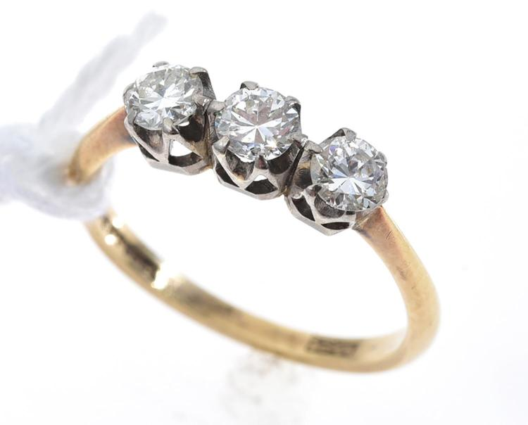 A THREE DIAMOND DRESS RING IN 18CT GOLD