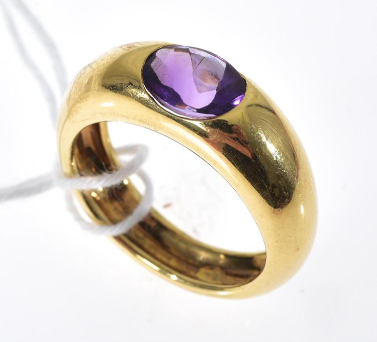A FRENCH GOLD AND AMETHYST RING SET IN 18CT.