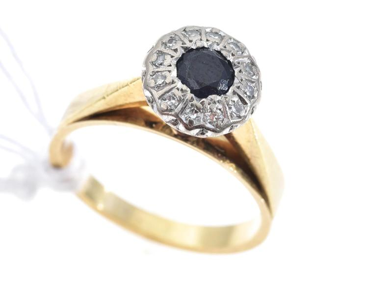 A SAPPHIRE AND DIAMOND RING IN 18CT GOLD