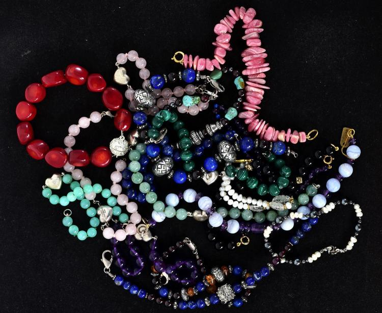 BAG OF ASSORTED SEMI PRECIOUS STONE SET BRACELETS INCLUDING SILVER, ROSE QUARTZ, AVENTURE QUARTZ, AMETHYST.