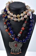 A PEKING GLASS NECKLACE, BLUE GLASS NECKLACE AND A SILVER AND CARNELIAN NECKLACE