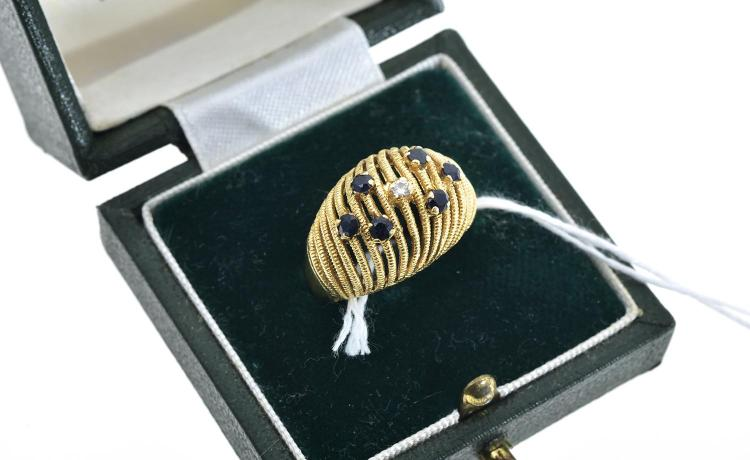 A DIAMOND AND SAPPHIRE RING IN 18CT GOLD, BOXED