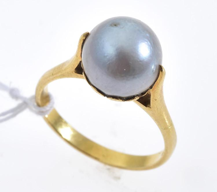 A PEARL RING IN 18CT GOLD