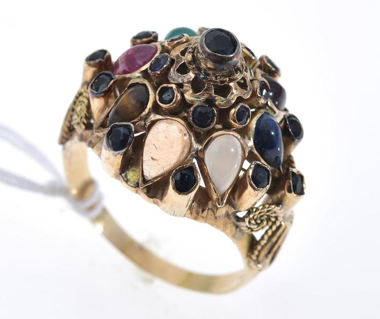 A MULTI GEMSTONE RING INCLUDING TIGER'S EYE, CHRYSOPRASE, MOON STONE, GARNET AND CITRINE IN 14CT GOLD