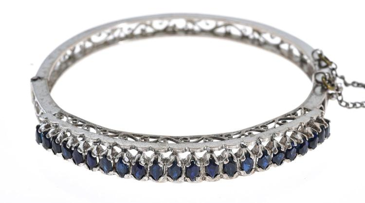 A SAPPHIRE BANGLE IN WHITE METAL