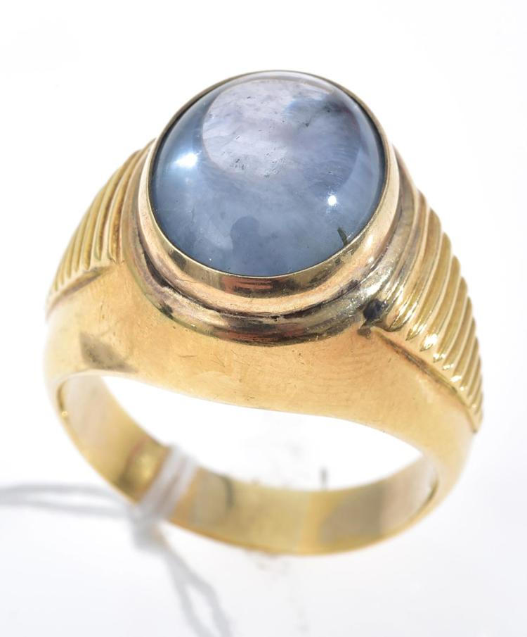 A LARGE STAR SAPPHIRE CABOCHON RING SET IN 18CT GOLD