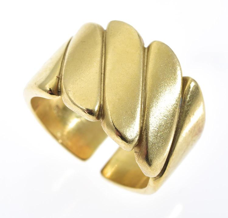 A RING IN 18CT GOLD