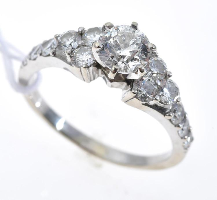 A DIAMOND RING IN 18CT GOLD