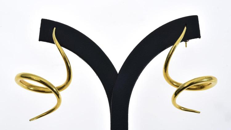 A PAIR OF CORKSCREW EARRIGNS SET IN 18CT GOLD