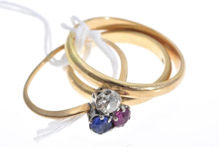 A RUBY, DIAMOND AND SAPPHIRE TREFOIL RING IN 18CT ROSE GOLD WITH TWO 18CT GOLD WEDDERS