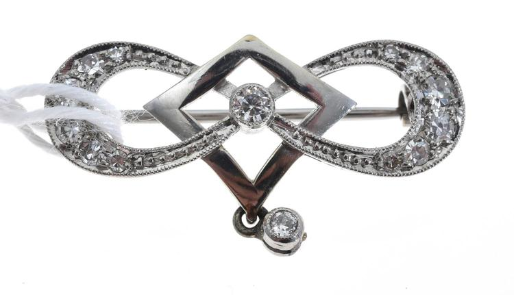 AN EDWARDIAN DIAMOND BROOCH WITH IN WHITE GOLD