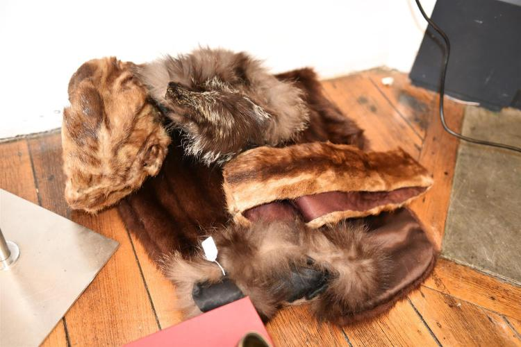 A COLLECTION OF THREE FUR HATS AND A FUR STOLE