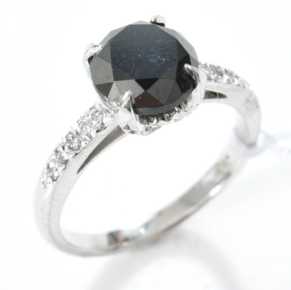 A BLACK DIAMOND RING IN 18CT GOLD