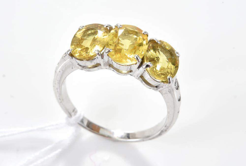A YELLOW SAPPHIRE AND DIAMOND RING IN 18CT GOLD