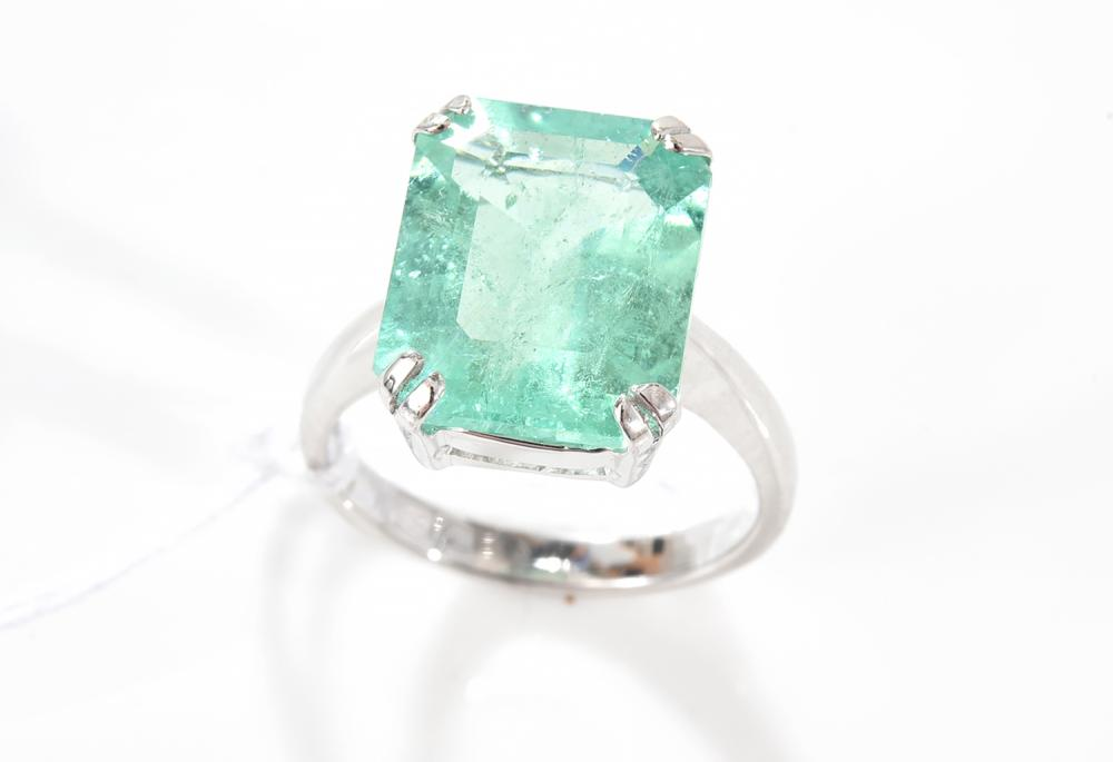 AN EMERALD RING OF 6.45CTS IN 18CT WHITE GOLD