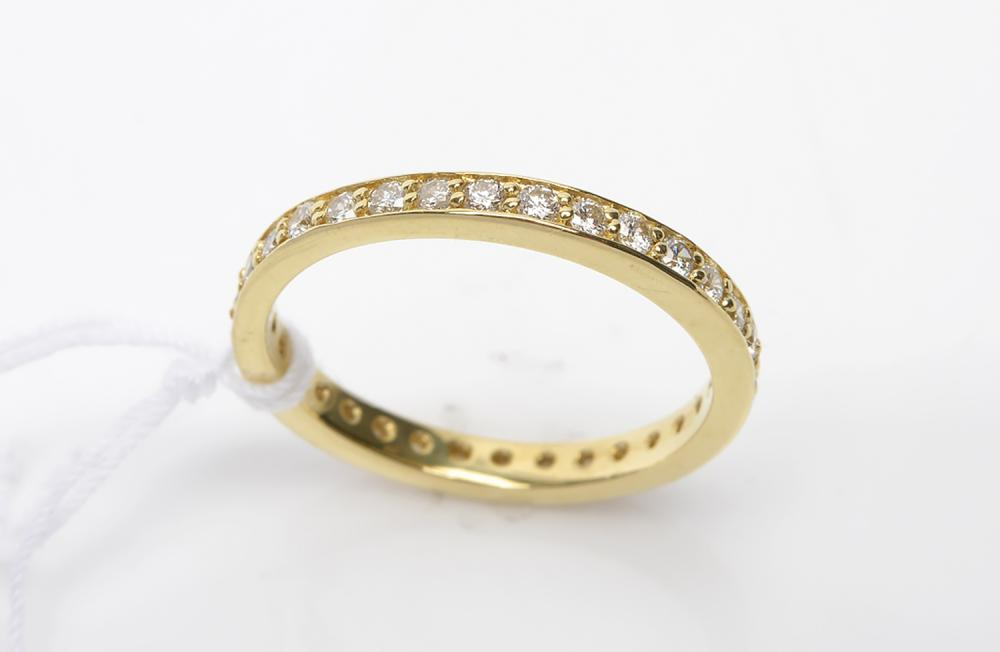 A DIAMOND ETERNITY RING IN 18CT GOLD