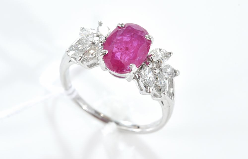 A RUBY AND DIAMOND RING IN 18CT WHITE GOLD