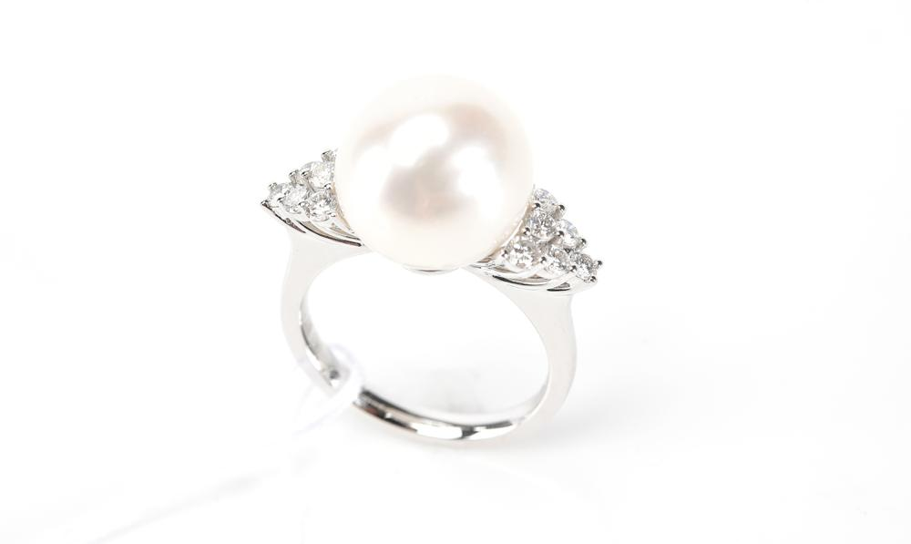 A SOUTH SEA PEARL AND DIAMOND RING IN 18CT WHITE GOLD