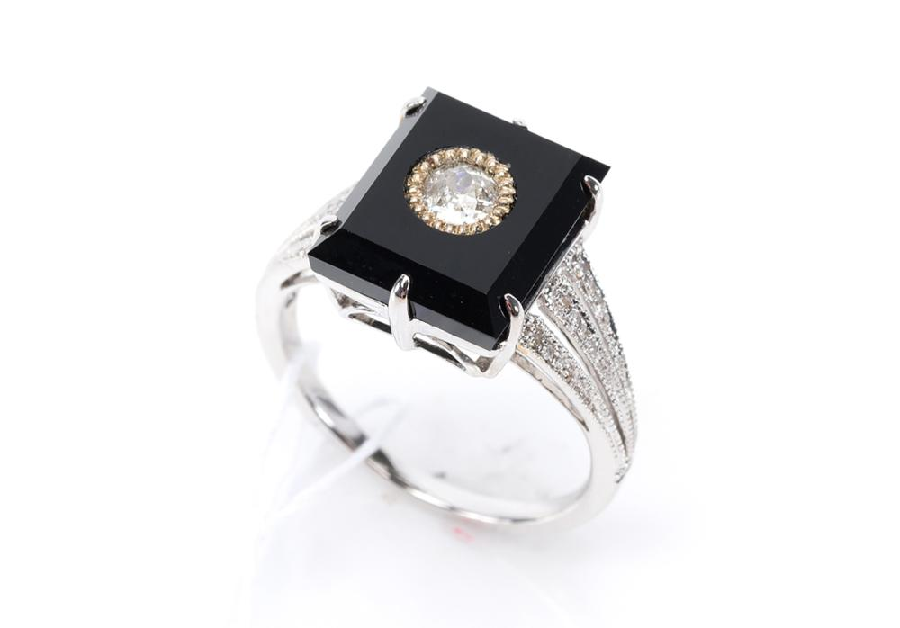 AN ONYX AND DIAMOND DRESS RING IN 18CT WHITE GOLD