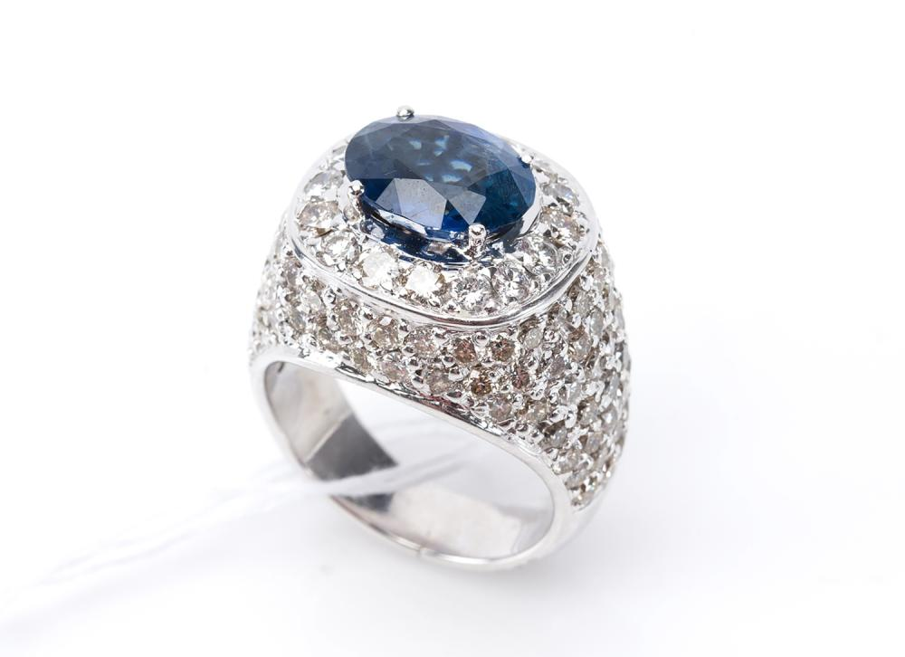 A SAPPHIRE AND DIAMOND CLUSTER RING IN 18CT WHITE GOLD, SAPPHIRE WEIGHING APPROXIMATELY 3.50CTS