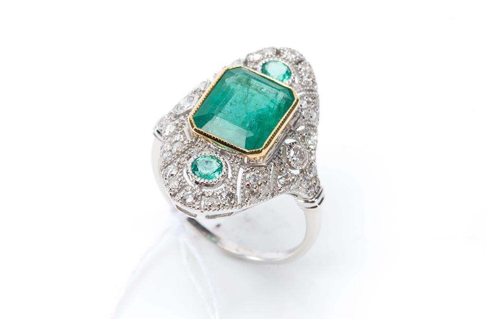 AN EMERALD AND DIAMOND DRESS RING IN 18CT GOLD, EMERALD OF 4.37CTS.