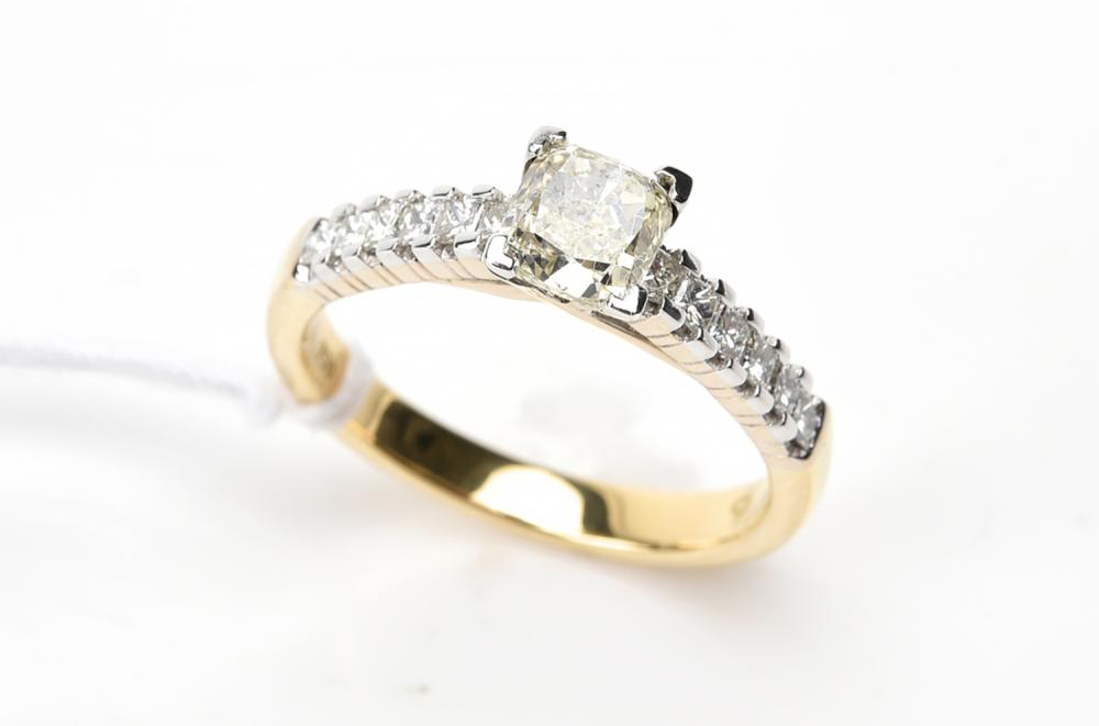 A CUSHION CUT DIAMOND RING OF 0.90CTS IN 18CT GOLD