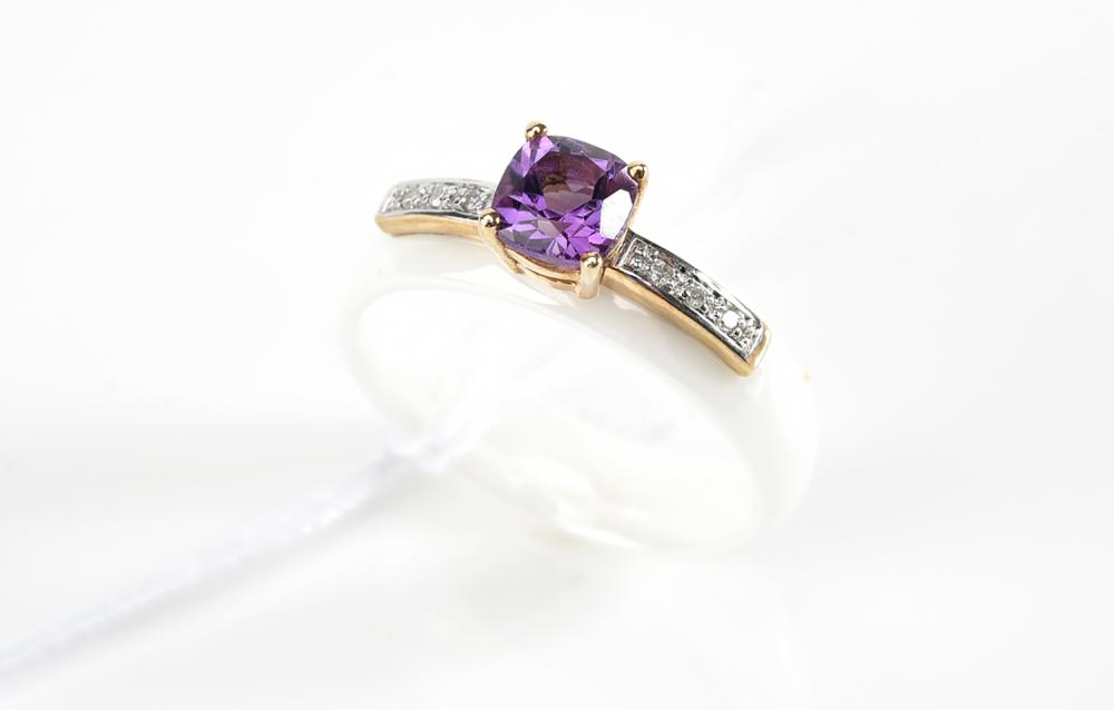AN AMETHYST AND DIAMOND WHITE CERAMIC RING IN 9CT TWO TONE GOLD