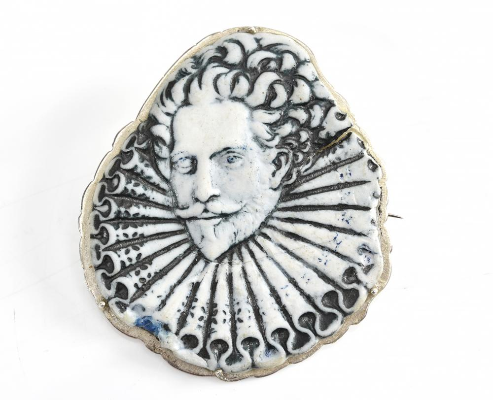 A SIR. WALTER RALEIGH BROOCH BY WEDGEWOOD, A/F