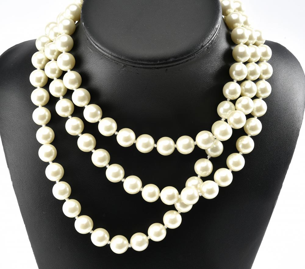 A FAUX PEARL NECKLACE BY KENNETH LANE, NEW-YORK