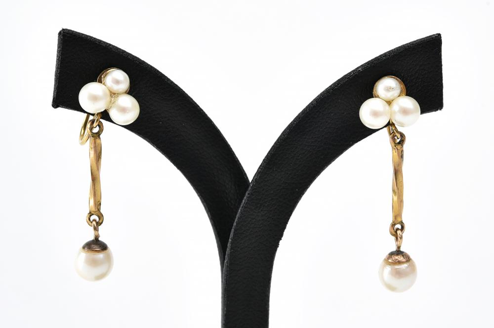 A PAIR OF CULTURED PEARL DROP EARRINGS TO SCREW BACK FITTINGS IN 9CT GOLD