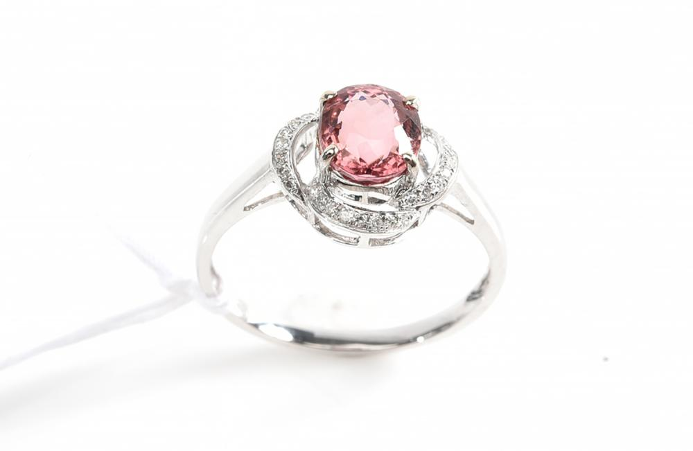 A TOURMALINE AND DIAMOND RING IN 18CT WHITE GOLD