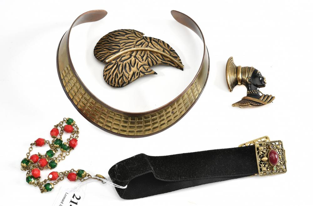 A COLLECTION OF JEWELLERY, INCLUDING A BRONZED COLALR