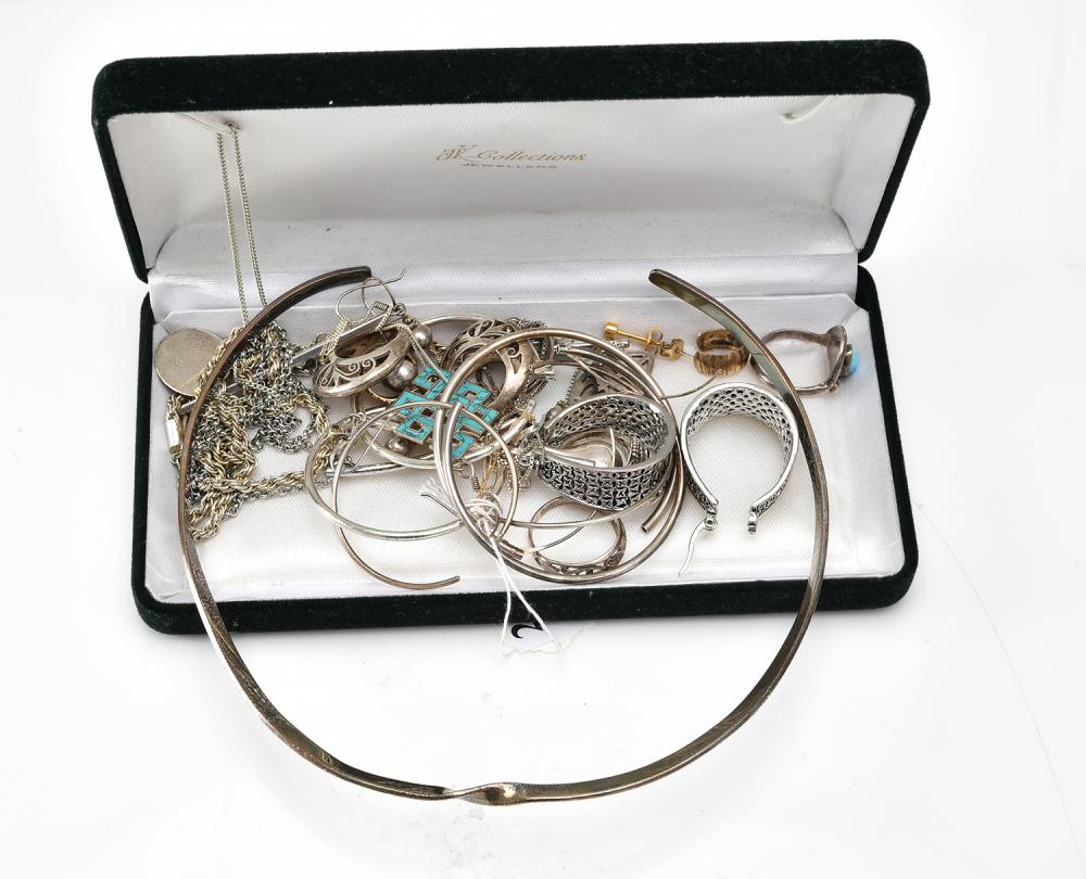 A COLLECTION OF JEWELLERY INCLUDING PIECES IN SILVER