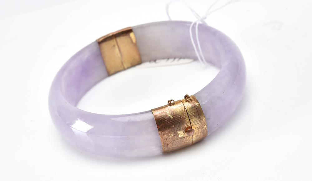 A JADE BANGLE WITH HINGE IN SILVER GILT