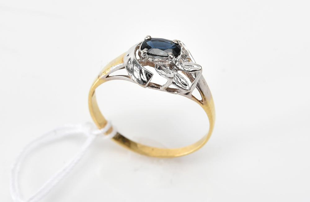 A SAPPHIRE AND DIAMOND RING IN 18CT TWO TONE GOLD