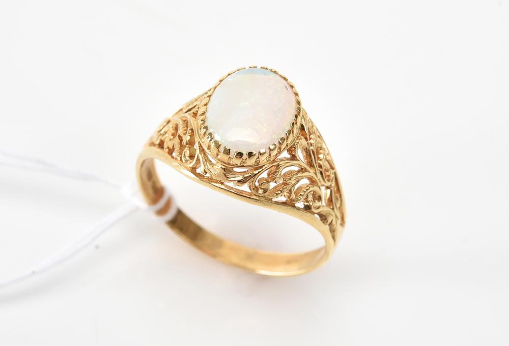 AN OPAL RING IN 18CT GOLD