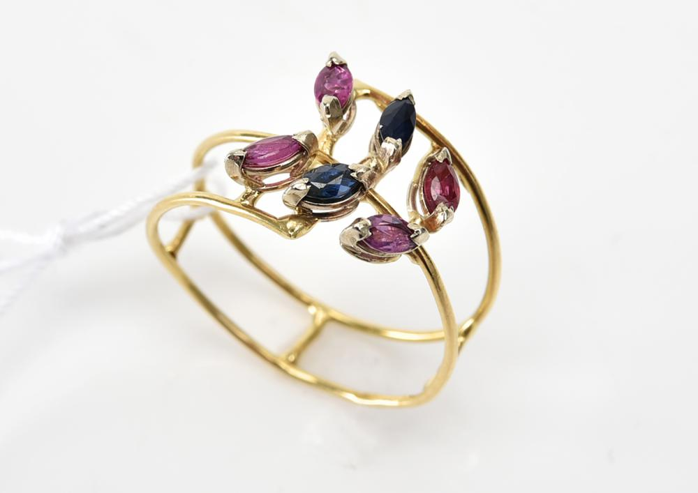 A SAPPHIRE AND RUBY RING IN 18CT GOLD