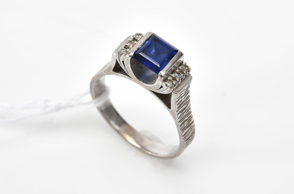A SAPPHIRE AND DIAMOND RING IN 18CT WHITE GOLD