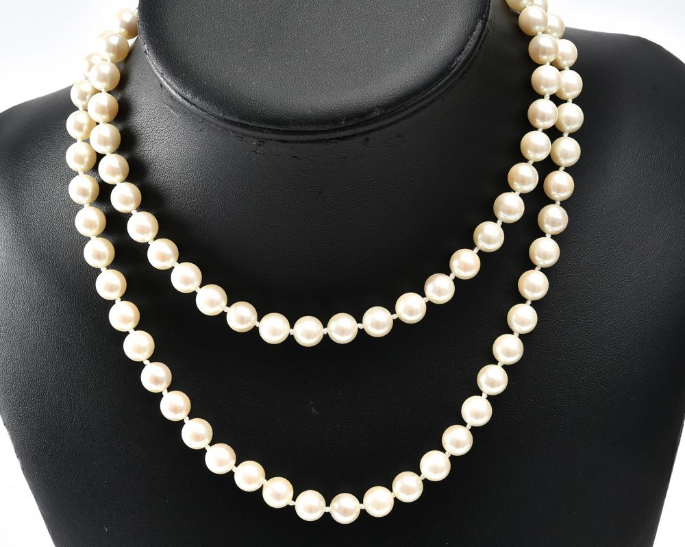 A STRAND OF AKOYA PEARLS TO A SILVER CLASP