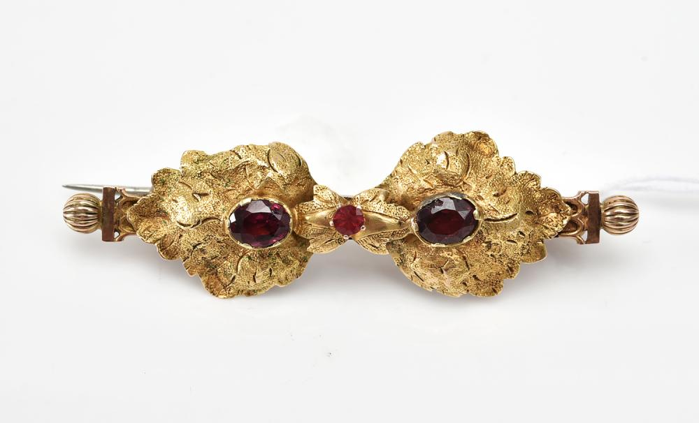 A GARNET BAR BROOCH IN 9CT GOLD