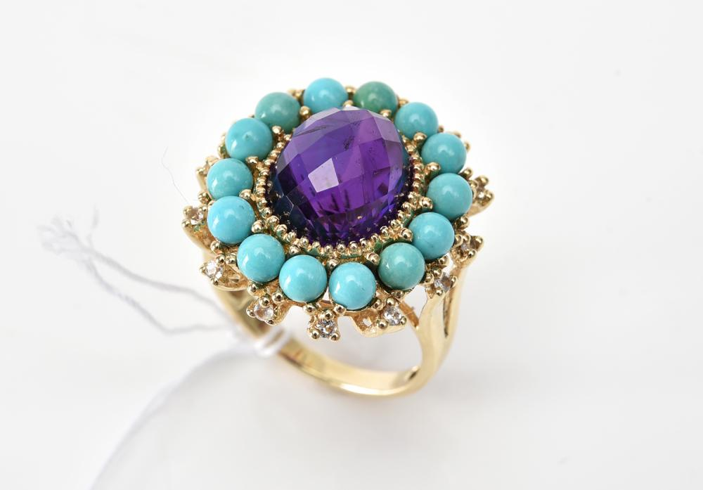 AN AMETHYST AND TURQUOISE DRESS RING IN 10CT GOLD, SIZE P
