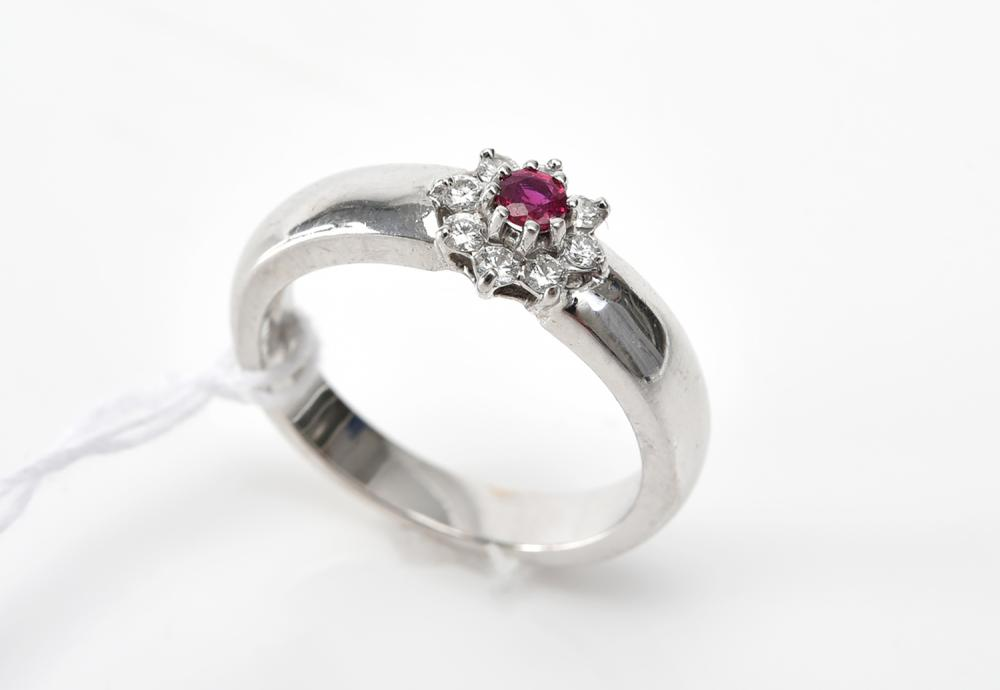 A RUBY AND DIAMOND DRESS RING IN 18CT GOLD.
