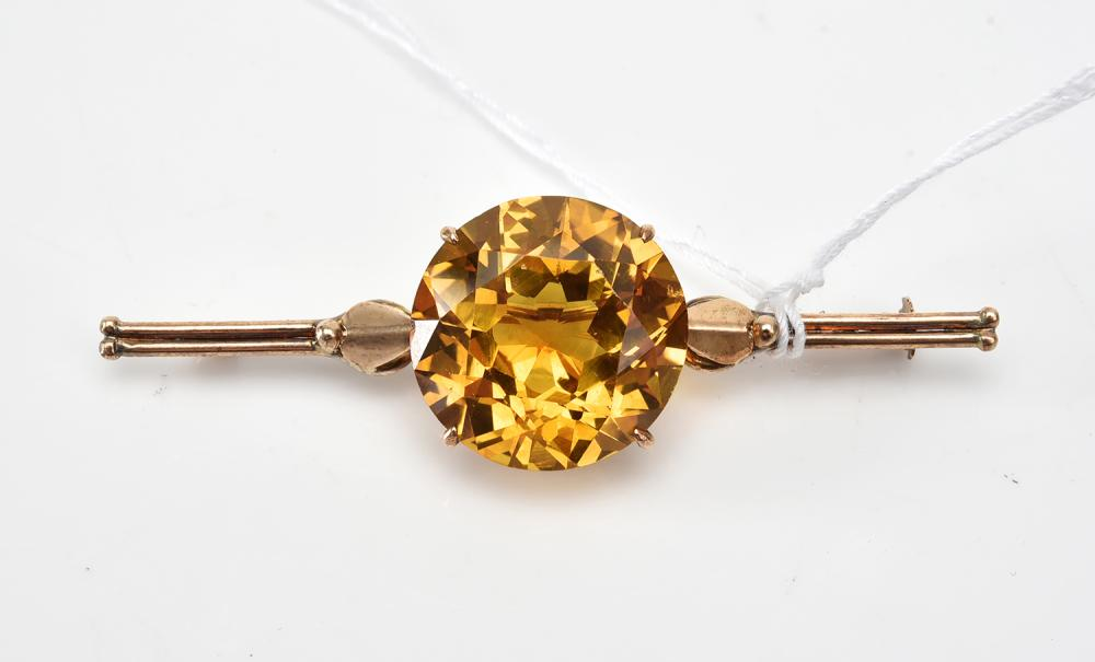 A LARGE SYNTHETIC SAPPHIRE BROOCH IN 14CT GOLD