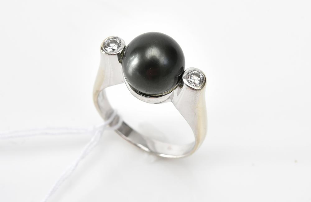 A TAHITIAN PEARL AND DIAMOND RING IN 14CT WHITE GOLD