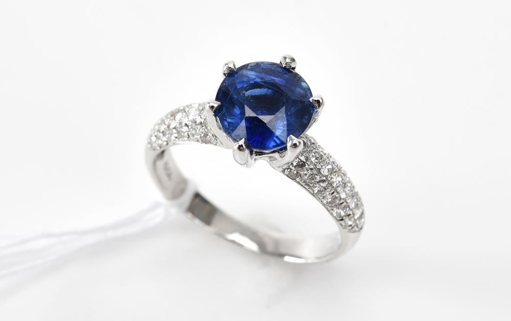 A KYANITE AND DIAMOND RING IN 18CT WHITE GOLD, KYANITE WEIGHING 2.53CTS