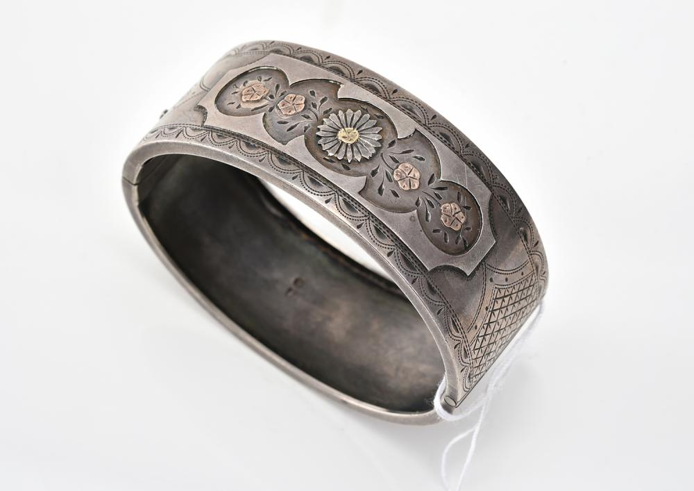 AN ANTIQUE BANGLE IN SILVER INLAY
