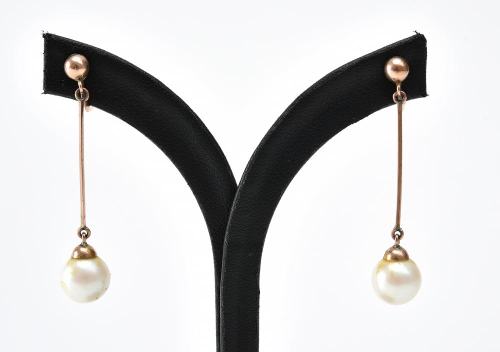 A PAIR OF VINTAGE PEARL DROP EARRINGS TO SCREW BACK FITTINGS IN 9CT GOLD
