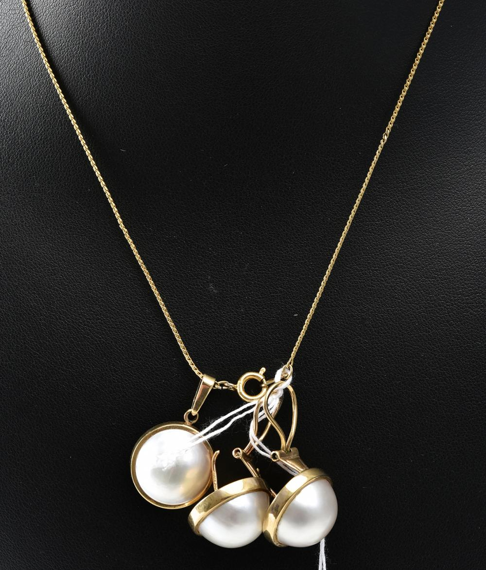 A MABE PEARL JEWELLERY SUITE, COMPRISING A PAIR OF EARRINGS AND A PENDANT IN 9CT GOLD (CHAIN IN PLATED GOLD)