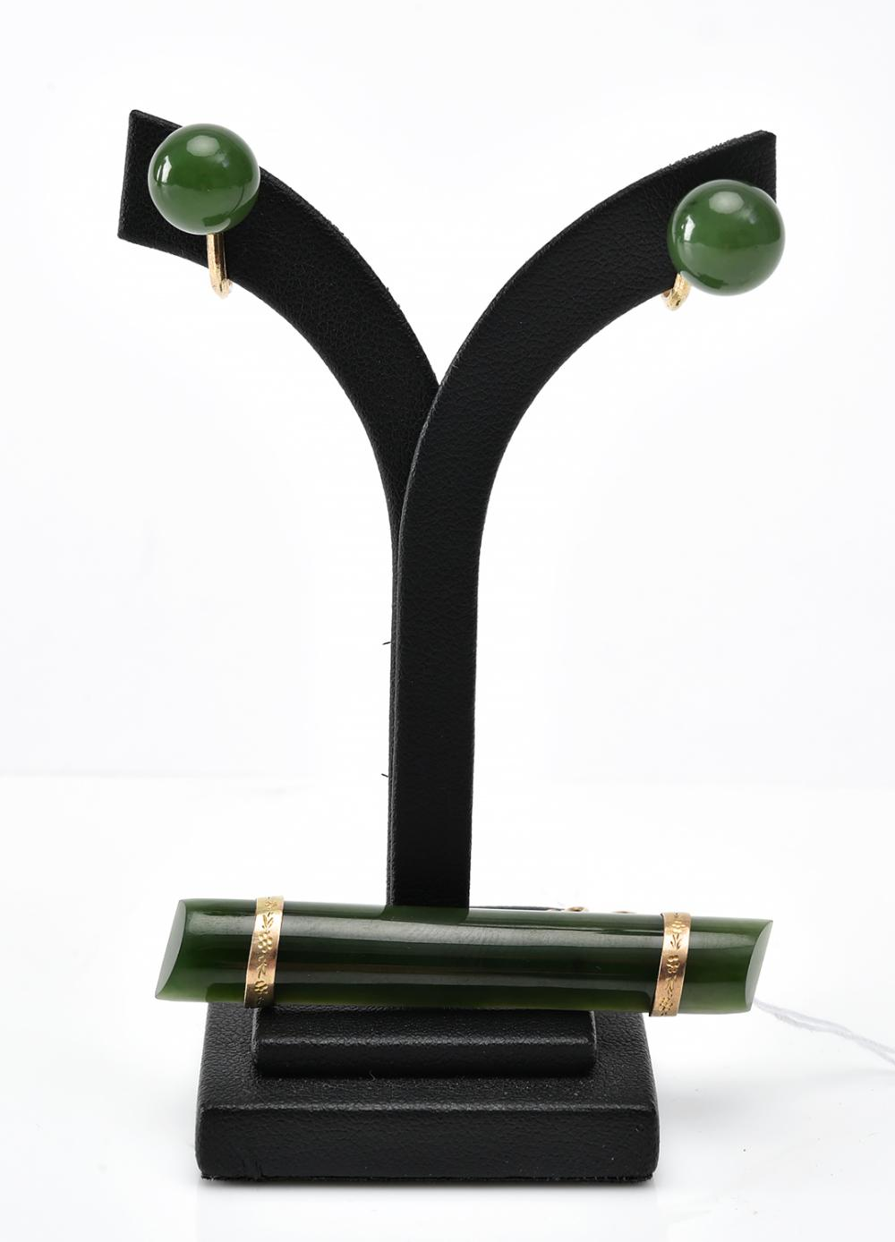 A PAIR OF NEPHRITE EARRINGS, WITH A BROOCH IN 9CT GOLD